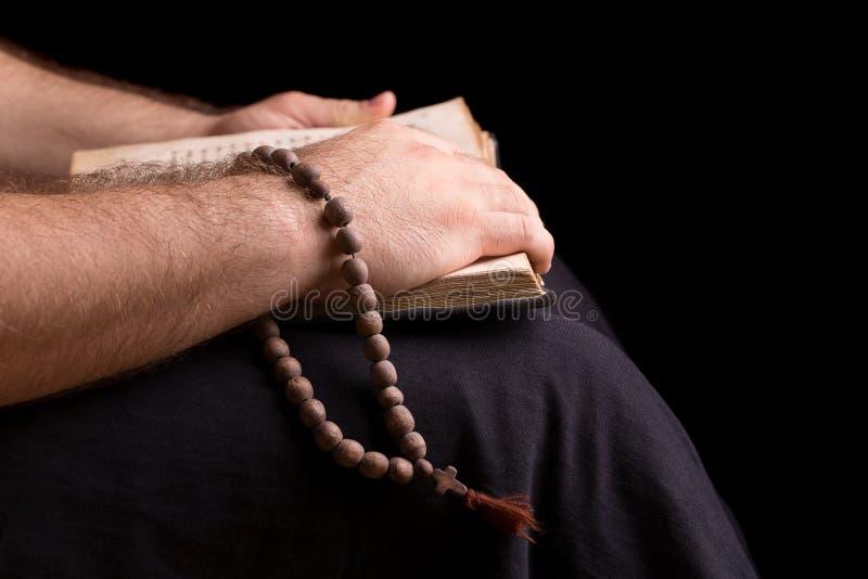 读圣经的教士 免版税库存图片