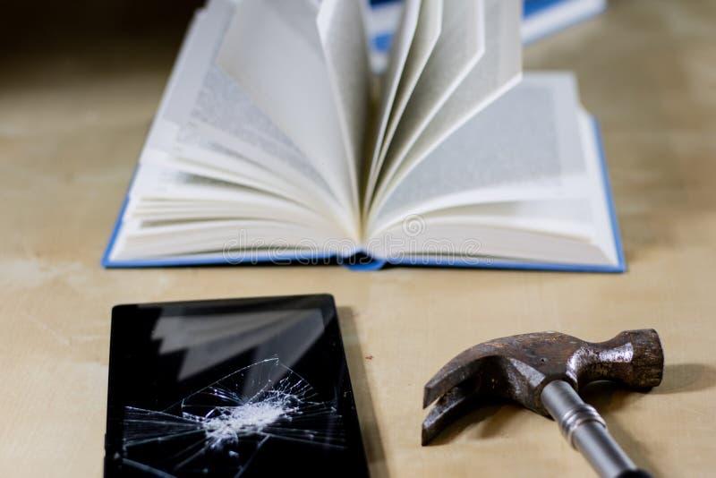 读在一张木桌的书堆  在谎言和片剂旁边 库存图片