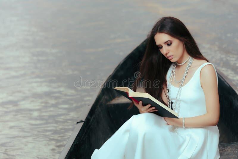 读在葡萄酒小船的减速火箭的妇女一本书 库存照片