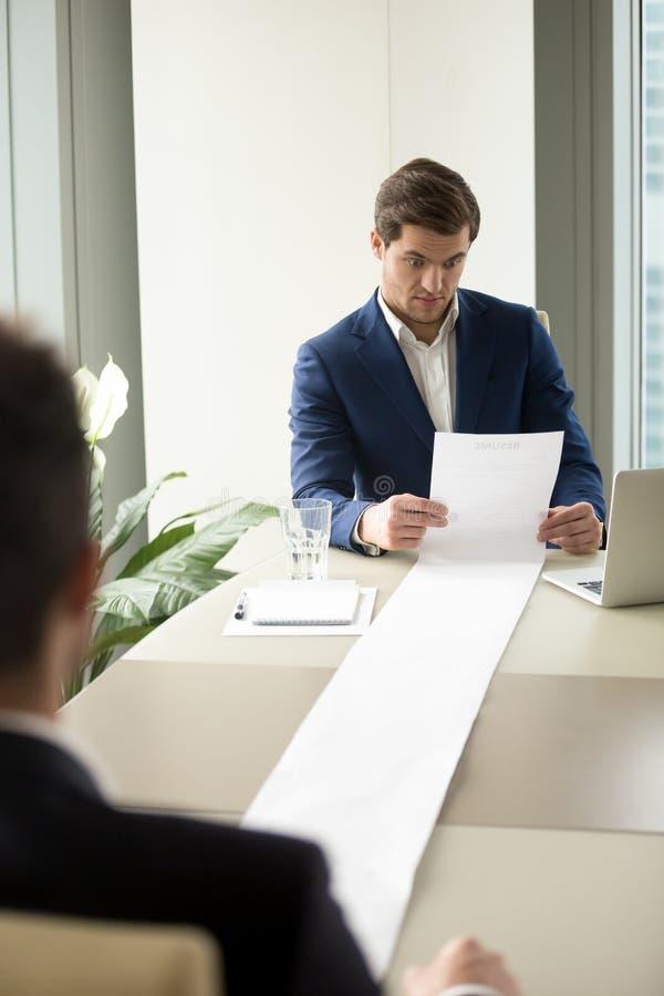 读太长的候选人简历的HR经理 库存照片
