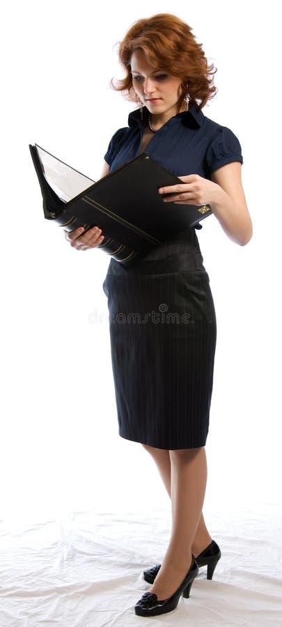 读妇女年轻人的文件 库存照片