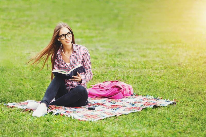 读妇女的书玻璃 免版税库存图片