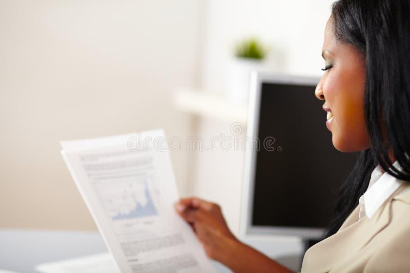 读妇女的企业快乐的文件 库存照片