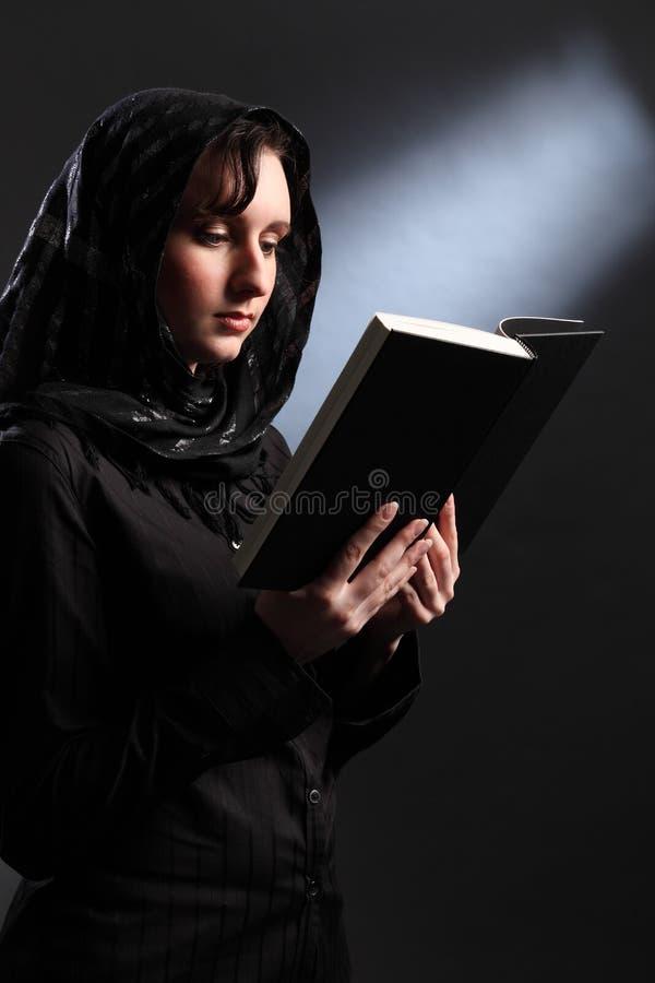 读宗教妇女年轻人的圣经头巾 库存图片