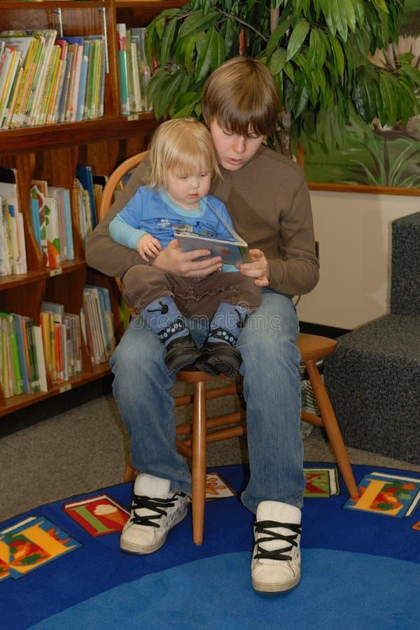 读对小孩的男孩 免版税库存图片