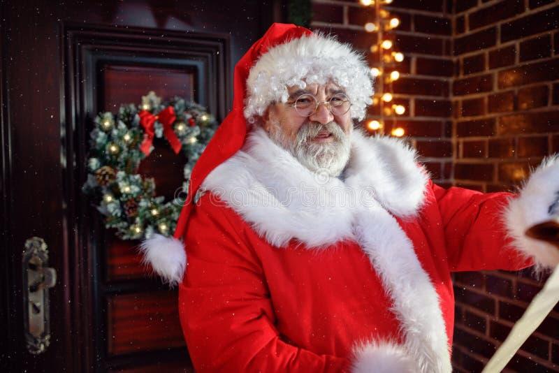 读愿望的微笑的圣诞老人项目 免版税图库摄影