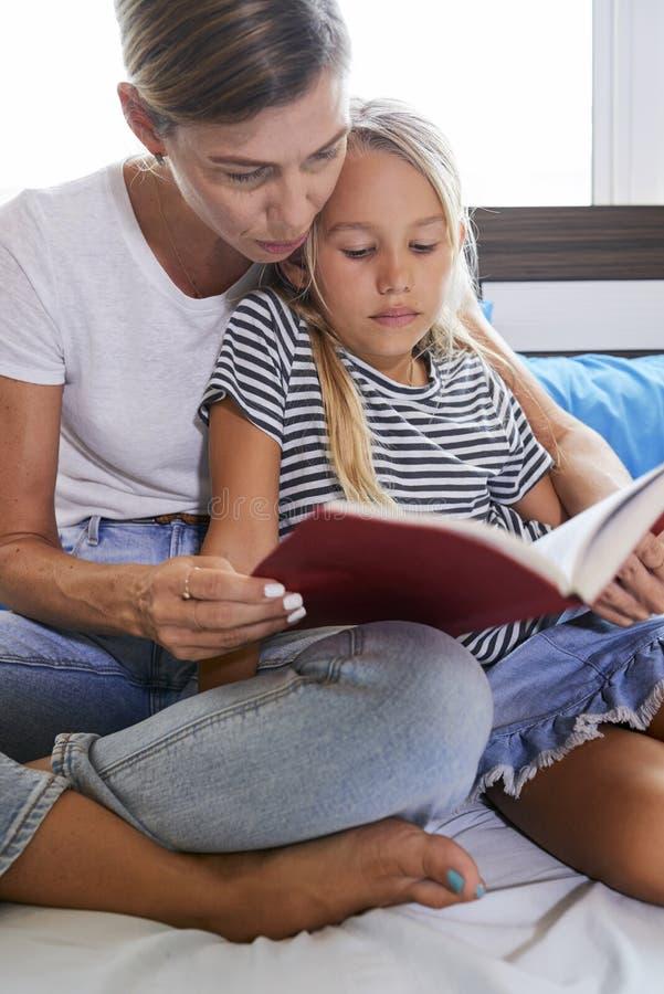 读母亲和女儿 免版税库存图片