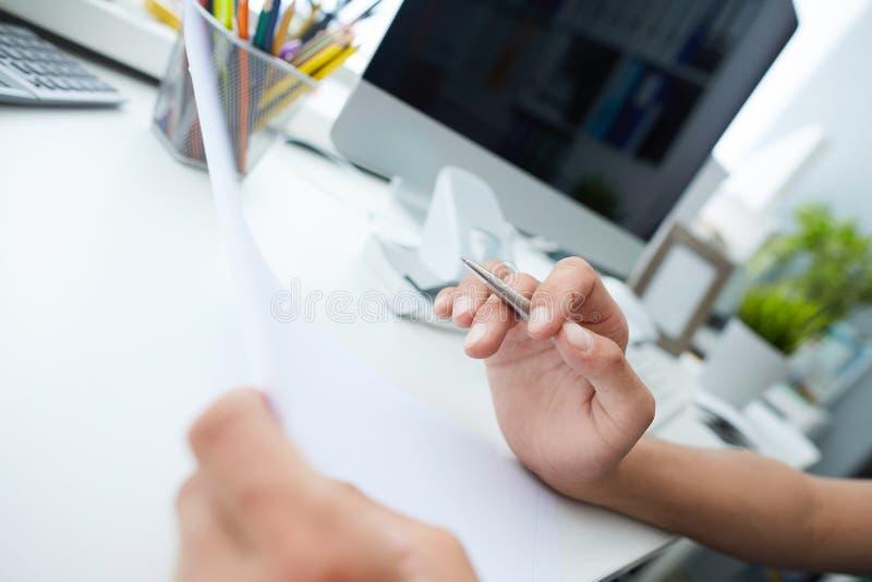 读法律文件的年轻商人在offfice,考虑抵押贷款或保险的家庭,学习合同 图库摄影