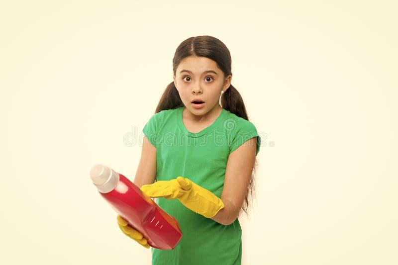 读洗涤的使用说明书家庭清洁产品 小儿童藏品洗涤剂 逗人喜爱的擦净剂 图库摄影