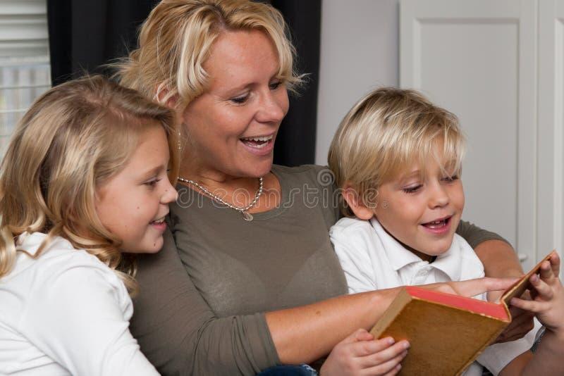 读的儿童母亲 库存图片