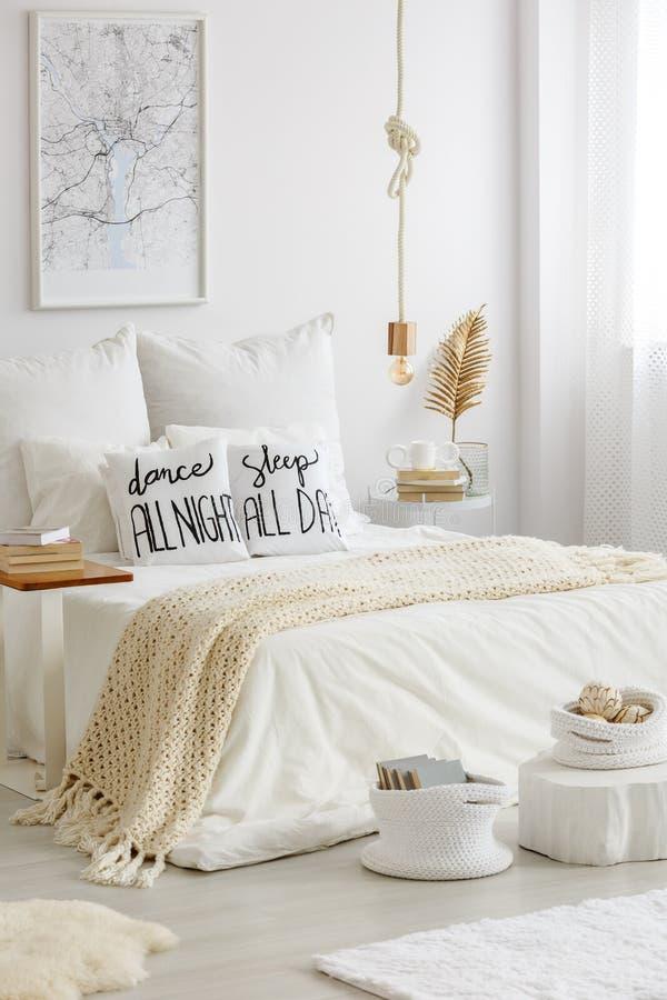 读的热心者时髦的卧室 免版税库存照片