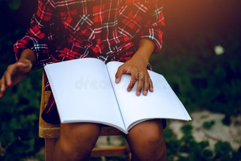 读知识的手和书研究孩子har 库存图片
