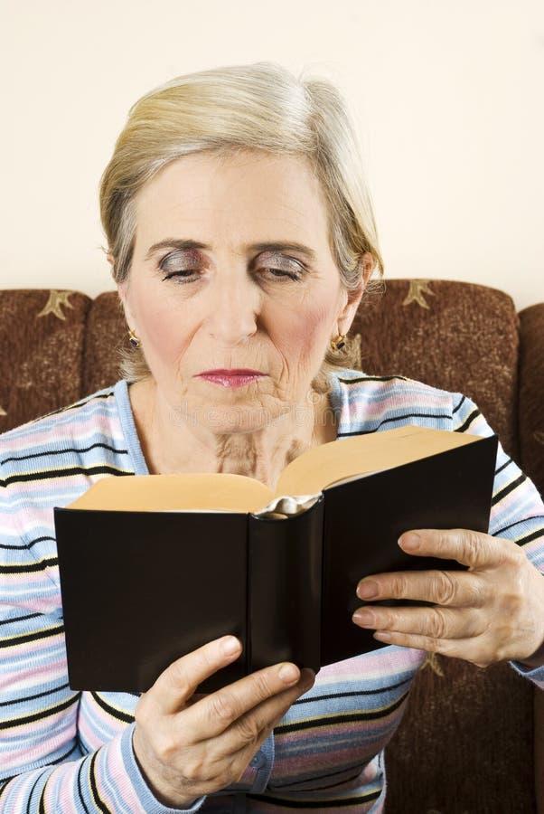 读高级妇女的书 图库摄影