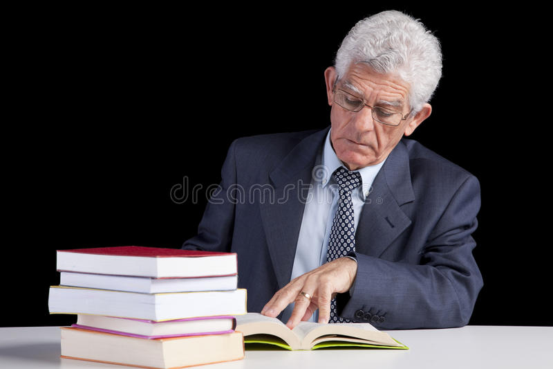 读高级教师的书 免版税库存照片