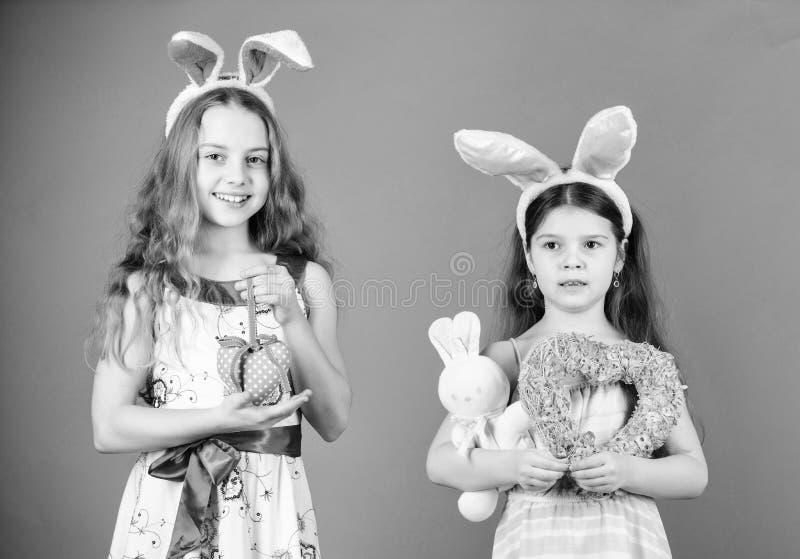 谁说没有复活节兔子 复活节兔子头饰带的小孩子 逗人喜爱的孩子在复活节兔子样式藏品 免版税库存照片