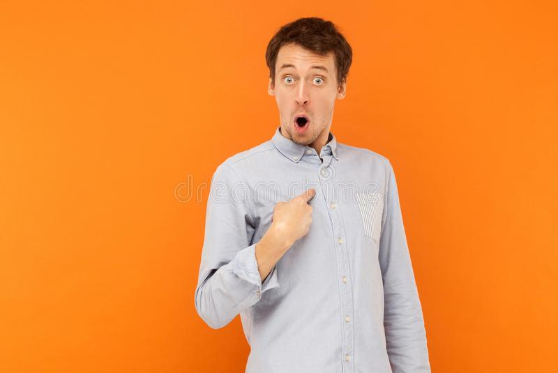 谁, i ` m ?看照相机和指向手指hims的震惊人 免版税库存照片