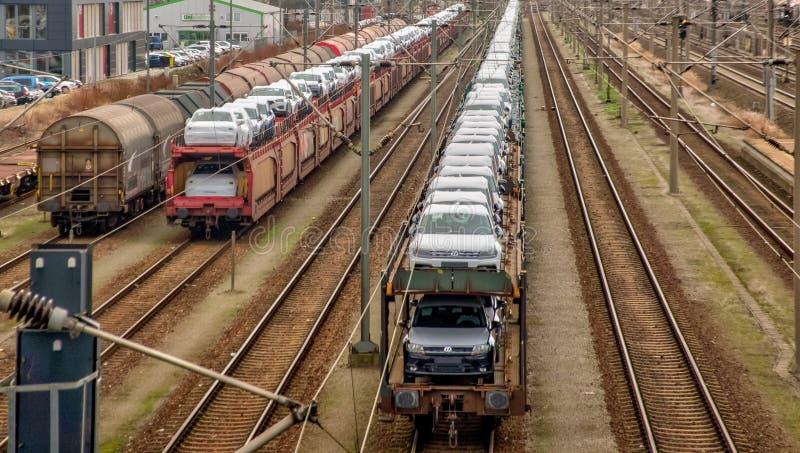 调动围场在有用新的大众汽车和等待装载的货车的Fallersleben被运输  免版税库存照片
