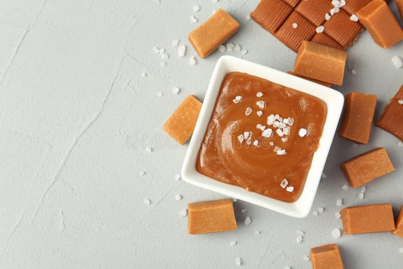 调味汁瓶用盐味的焦糖调味汁和糖果 图库摄影