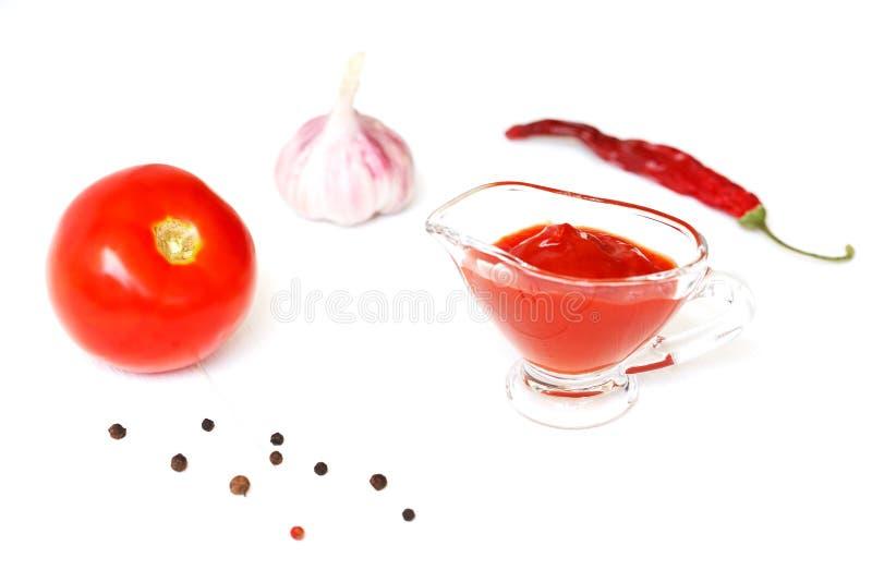 调味汁,番茄酱 烹调的番茄酱成份在白色木背景 蕃茄,胡椒,大蒜 免版税图库摄影