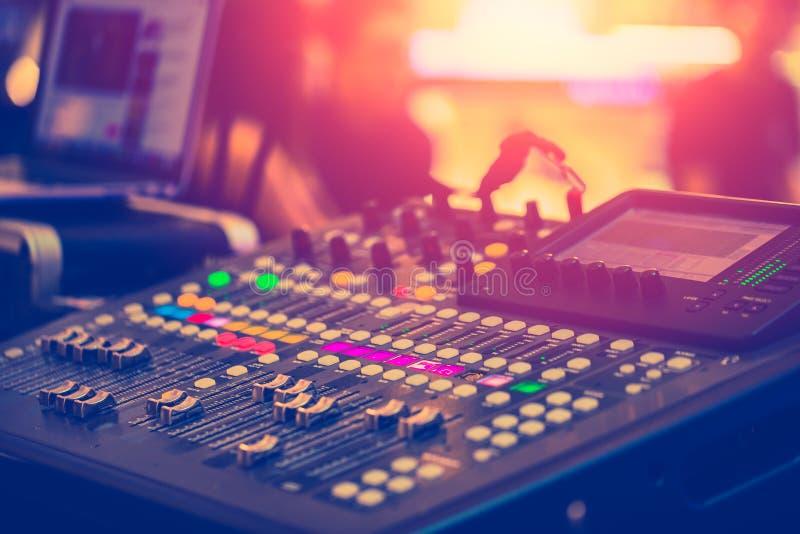 调整专业录音师的音频混音器 免版税库存照片