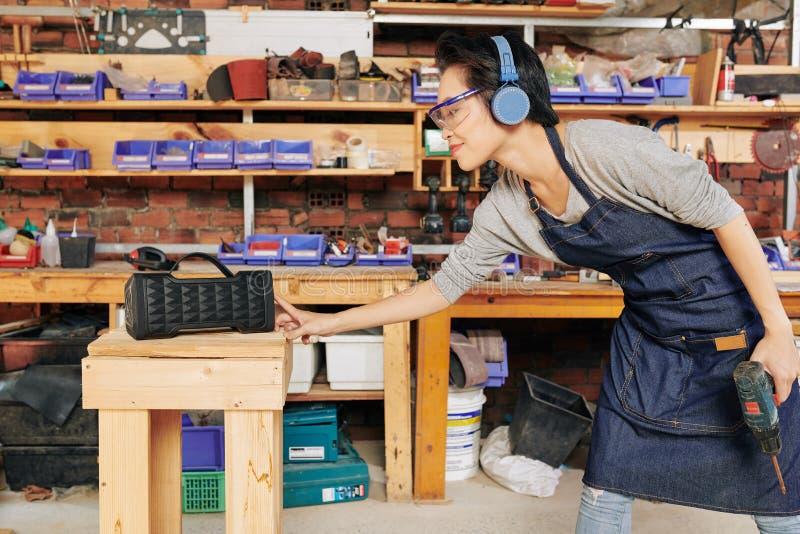 调整在报告人的木匠 免版税库存照片