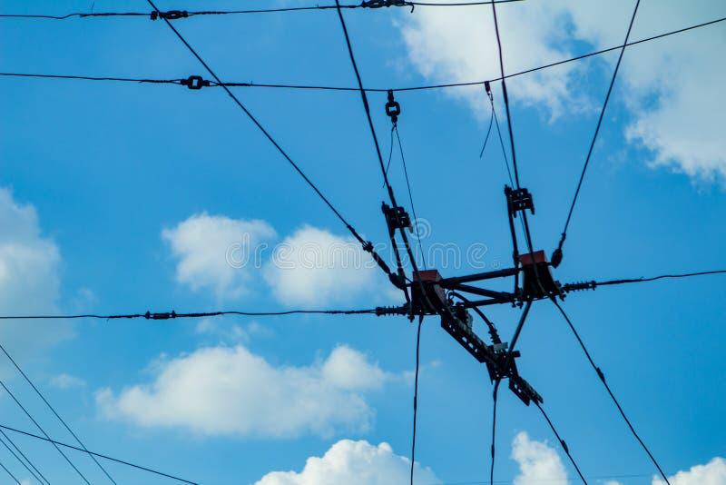 调整导线反对蓝天,电导线 库存照片