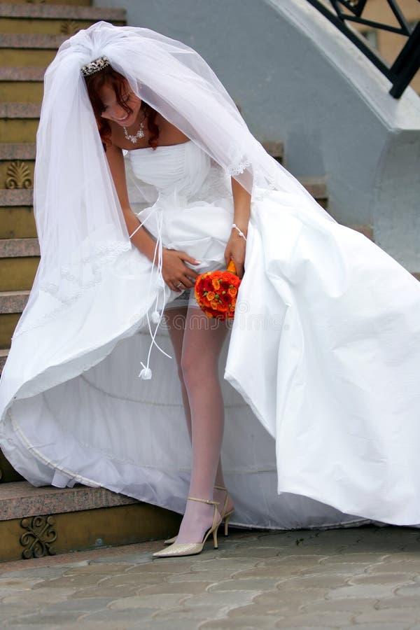 调整新娘袜带 免版税库存照片