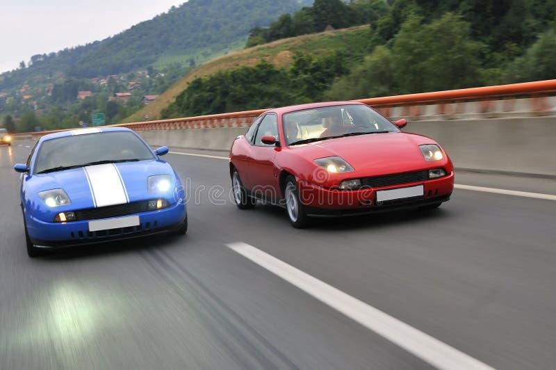 调整的小汽车赛在高速公路 免版税库存图片