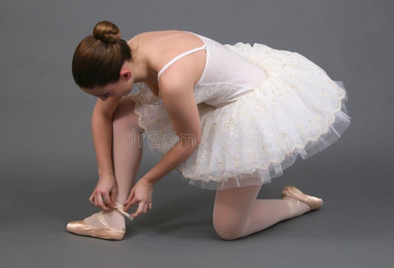 调整芭蕾舞女演员鞋子 库存照片