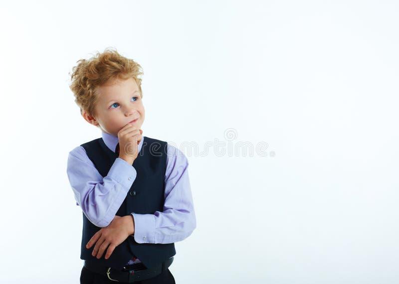 调查与拷贝空间的角落的英俊的白肤金发的男小学生特写镜头画象为文本 查出在白色 免版税库存图片