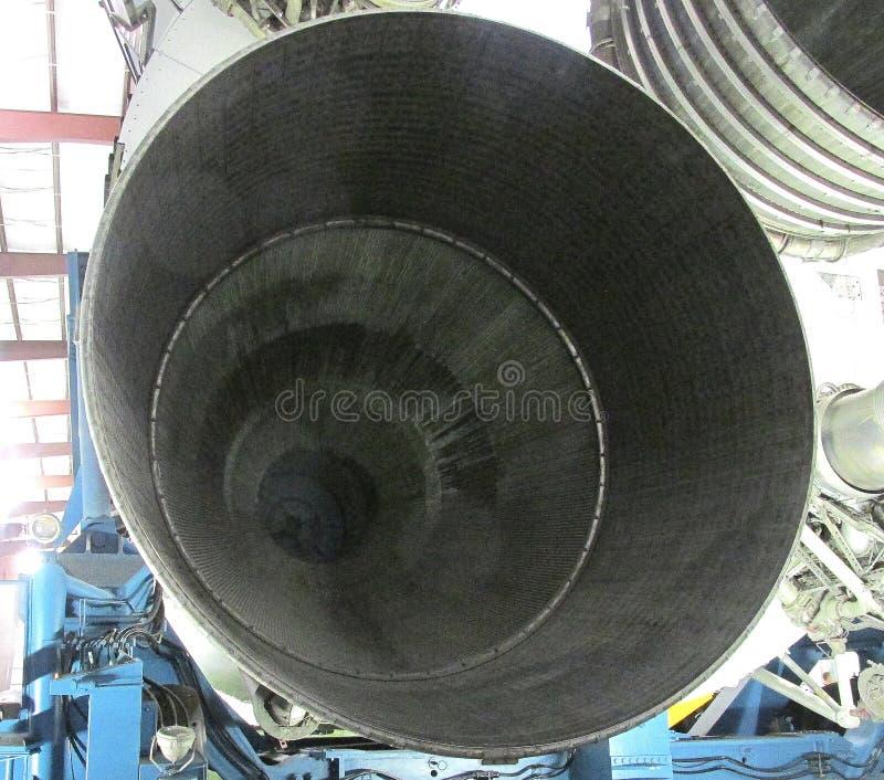 调查土星v火箭队` s第一阶段五引擎喷管之一  库存照片