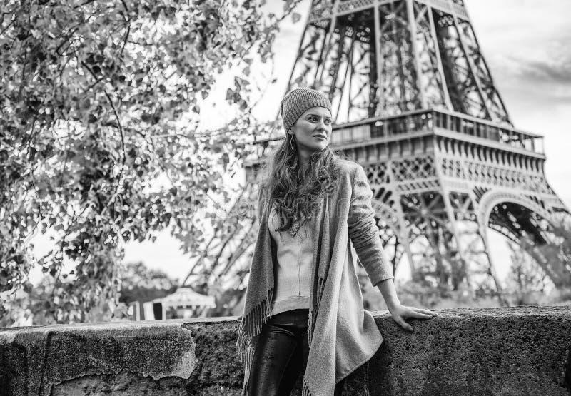 调查在堤防的距离的旅游妇女在巴黎 免版税库存照片