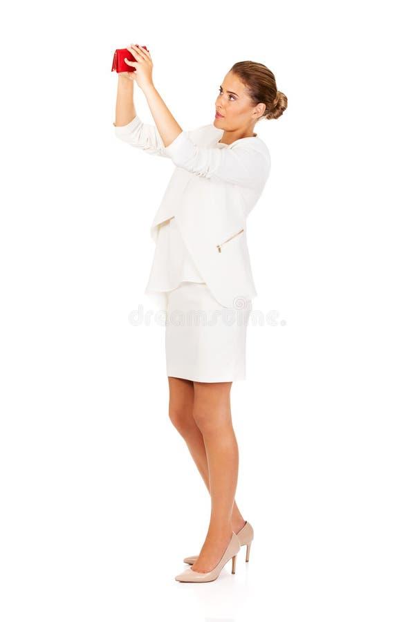 调查她空的钱包的震惊女实业家 库存照片