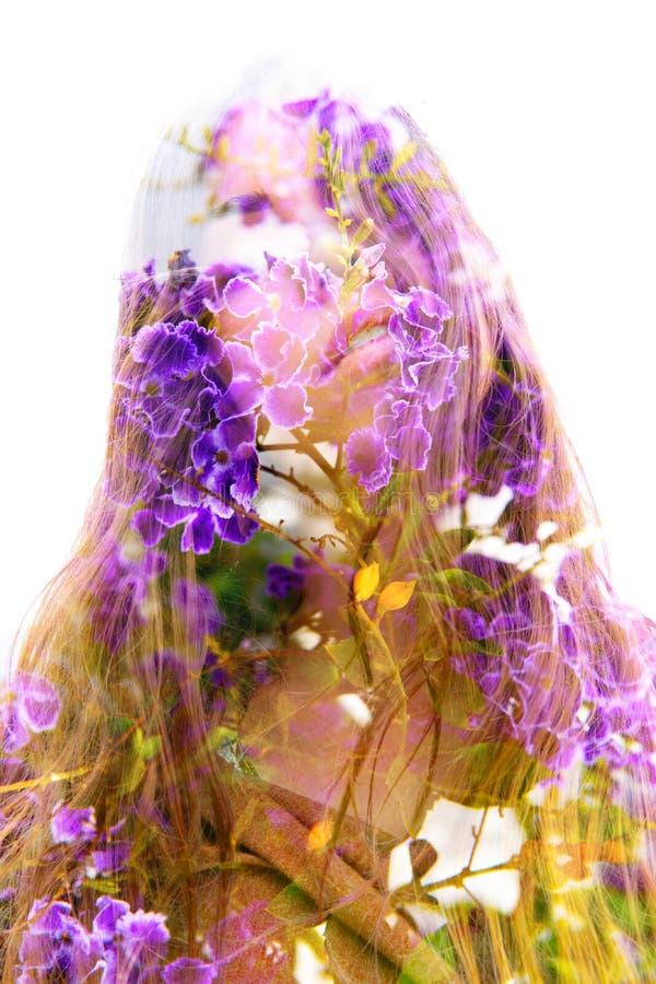 调查照相机的一典雅的自然美人的两次曝光结合与的叶子和消失五颜六色的花入 免版税库存照片