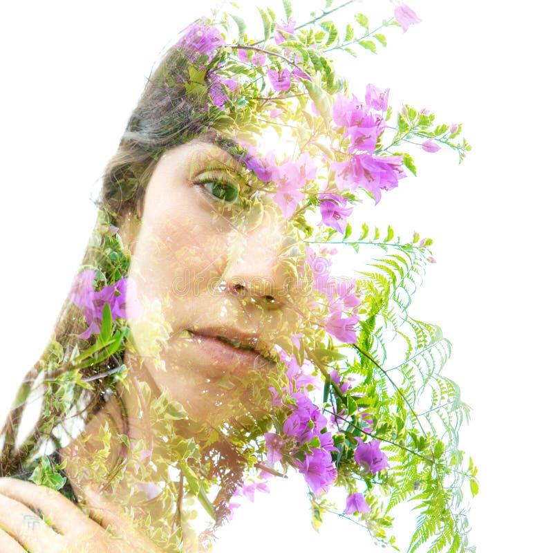 调查照相机的一典雅的自然美人的两次曝光结合与的叶子和消失五颜六色的花入 图库摄影