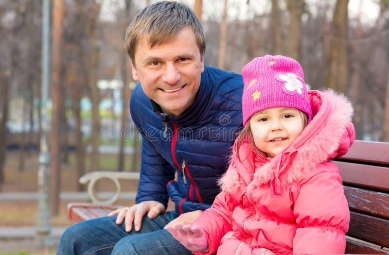 调查照相机的父亲和小小女儿画象  免版税库存图片