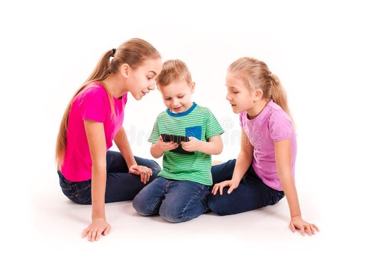 调查片剂个人计算机的小组小孩 免版税库存图片