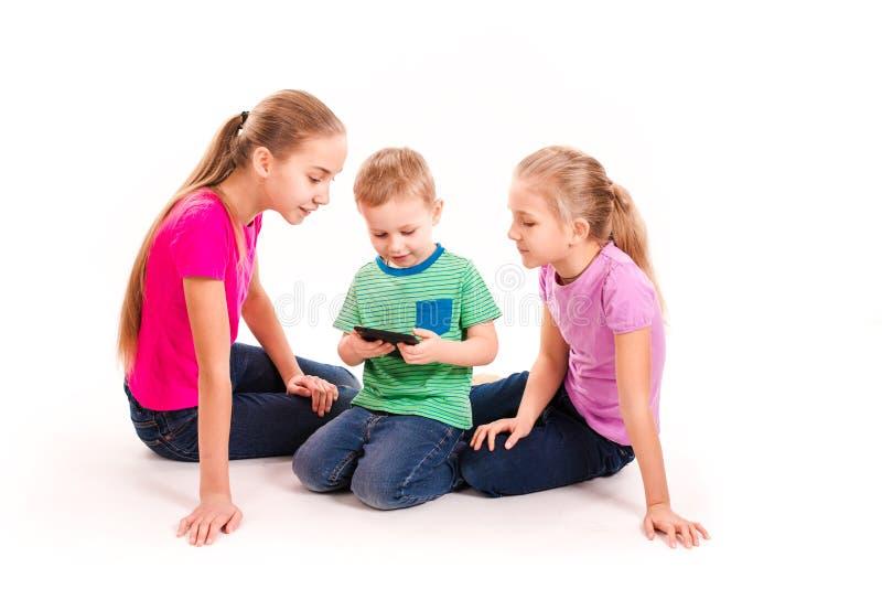 调查片剂个人计算机的小组小孩 库存照片