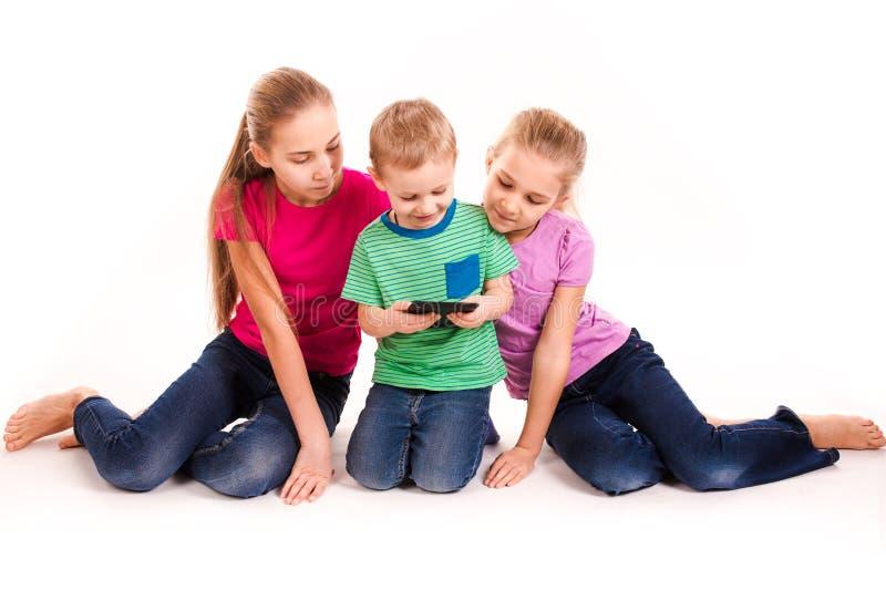 调查片剂个人计算机的小组小孩 免版税库存照片