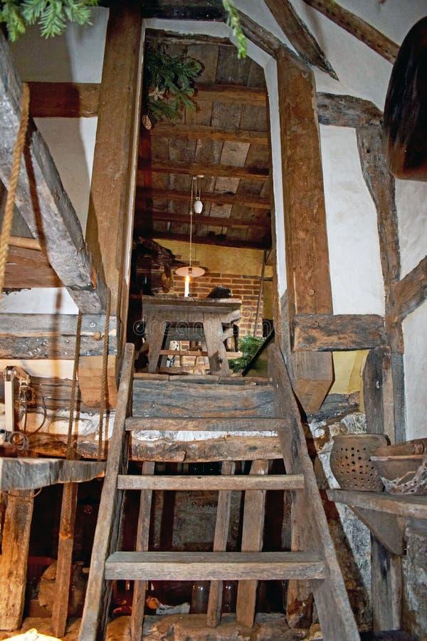 调查老木梯子样式台阶上面屋子 库存照片