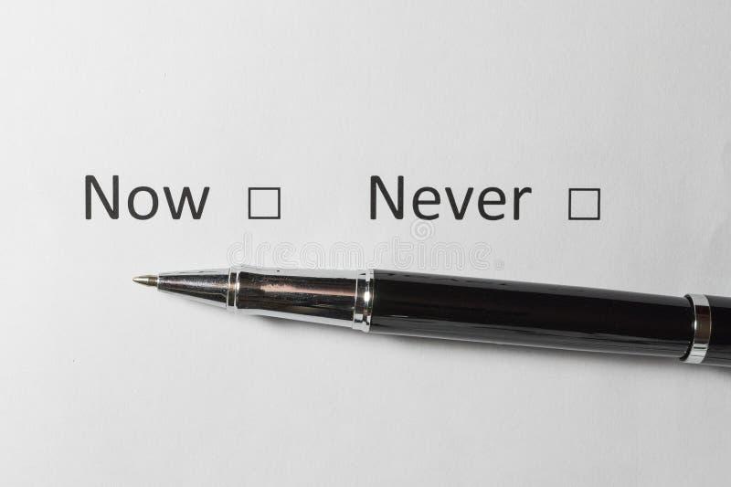 调查表 不要做出一个决定现在或 在白皮书的红色检查号 库存照片