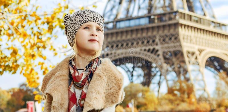 调查距离的女孩,当坐栏杆在巴黎时 图库摄影