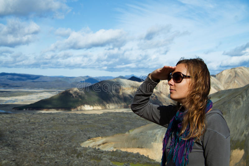 调查距离的山的英尺的女孩 免版税库存照片