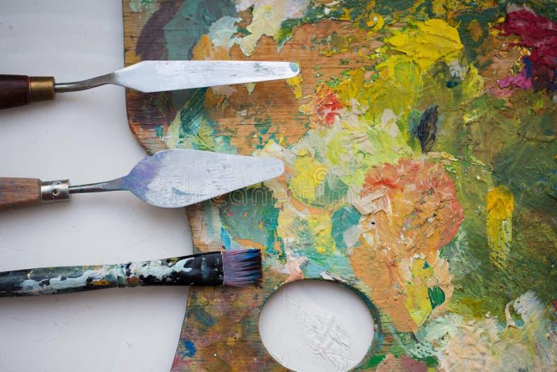 调色刀或绘画小铲和刷子 库存照片