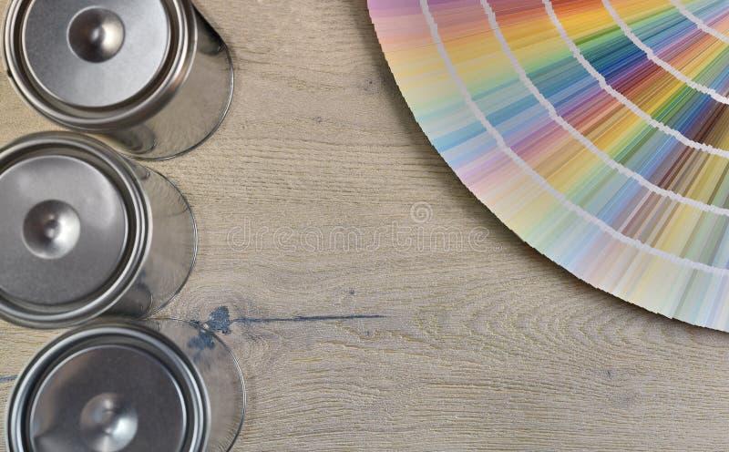 调色板颜色和油漆罐头 免版税库存照片