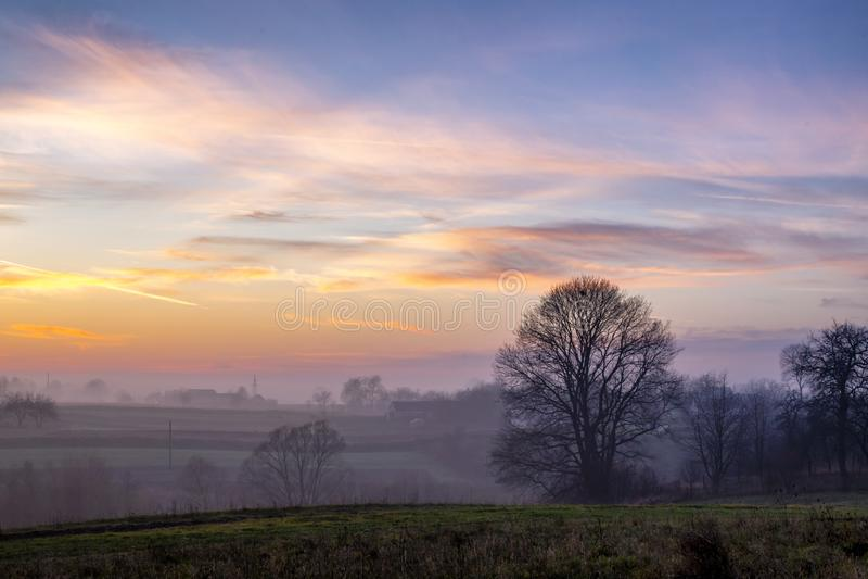 调遣日落 美好的秋天有雾的风景在乌克兰 免版税库存图片