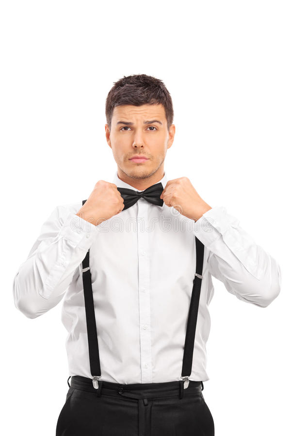 调整他的弓领带的确信的年轻人 免版税库存照片