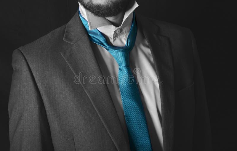调整他的领带概念的商人为见面或准备好事务 图库摄影