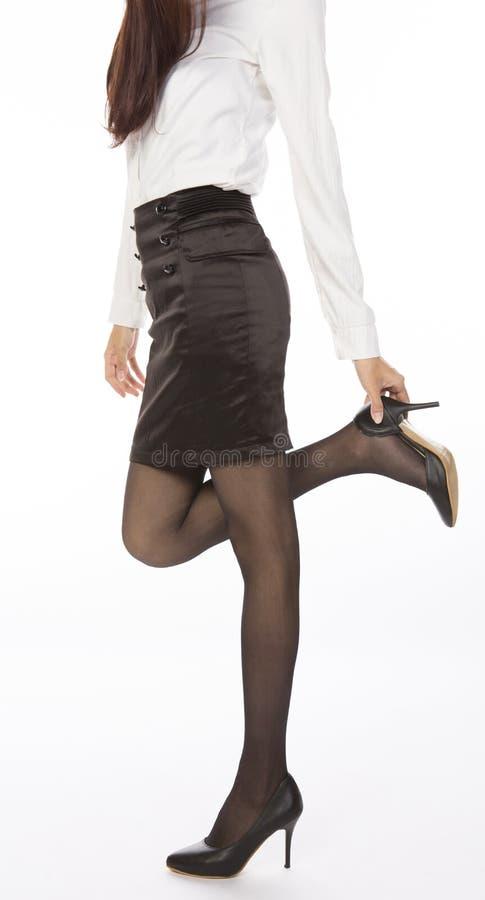 调整鞋子的女实业家 免版税库存图片