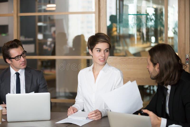 谈判在会议期间的商务伙伴在会议室里 免版税库存照片